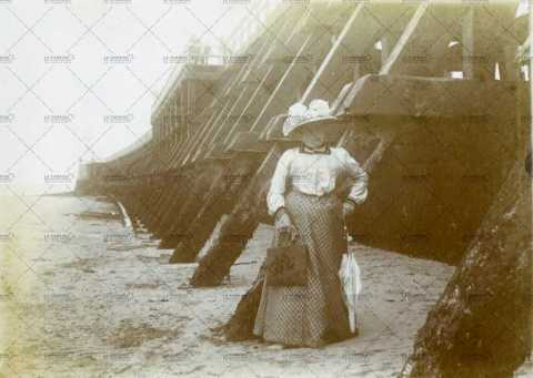 Portrait d'une élégante femme sur la jetée