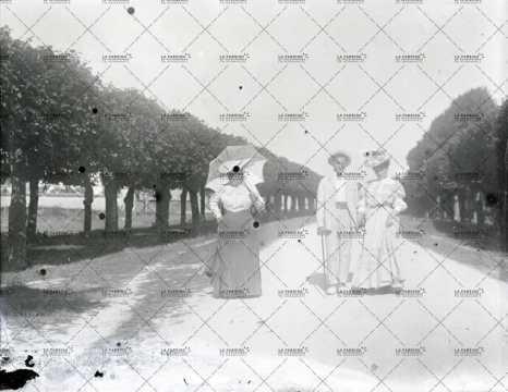 1908, portrait d'un homme et deux femmes
