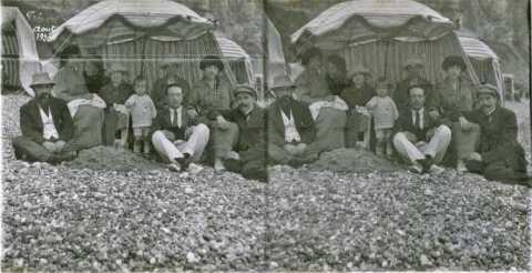 Portrait d'une famille au bord de mer