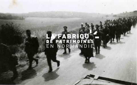 Prisonniers de guerre français marchant sur une route normande