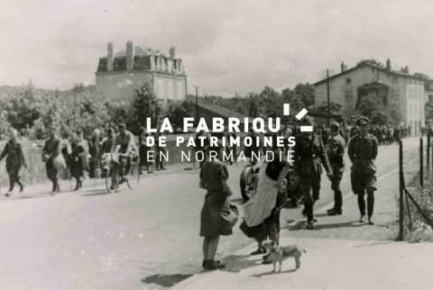 Une colonne de prisonniers français défilent dans une rue sous l'œil des passants.