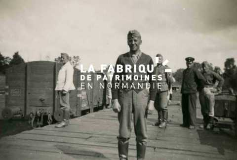 Soldats de la Wehrmacht lors de travaux de construction d'un quai de déchargement proche de la gare de Bayeux