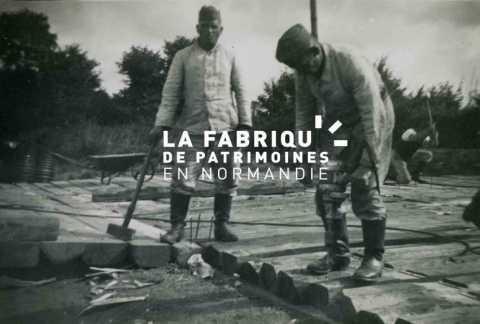 Soldats de la Wehrmacht, pionniers, charpentiers, lors de travaux de construction d'un quai de déchargement proche de la gare de Bayeux