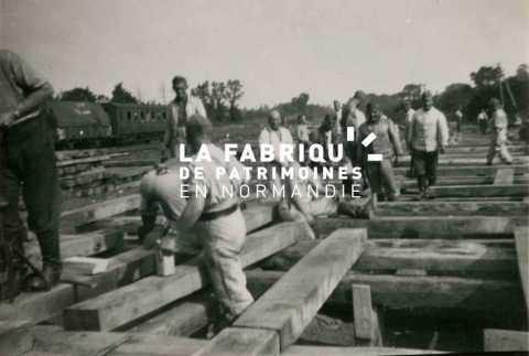 Charpentiers, pionniers de la Wehrmacht lors de travaux de construction d'un quai de déchargement proche de la gare  de Bayeux
