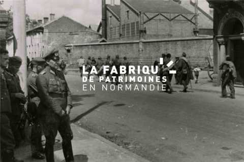Prisonniers de guerre français marchant dans une rue rouennaise