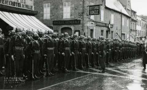 Soldats américains lors d'une parade à la libération, en rang devant leur supérieur.