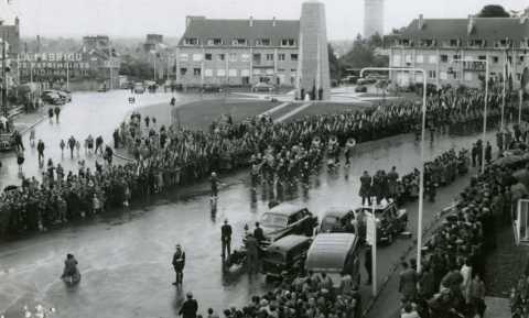 Soldats américains avec une fanfare défilant dans les rues d'Avranches lors d'une parade célébrant la libération, sous les yeux des habitants