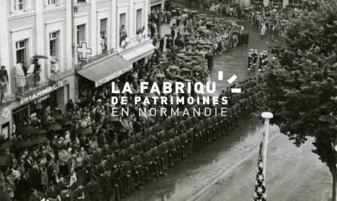 Soldats américains en rang dans les rues d'Avranches lors d'une parade célébrant la libération, cela sous les yeux des habitants protégés par leurs parapluies.