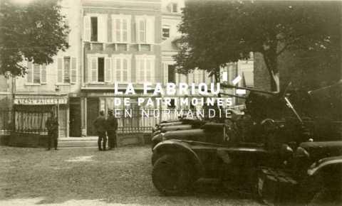 Soldats de la Wehrmacht stationnés devant un bar à Rouen