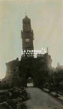 Vire, le 6 juillet 1947 : la porte-horloge partiellement détruite au milieu des ruines de la ville.