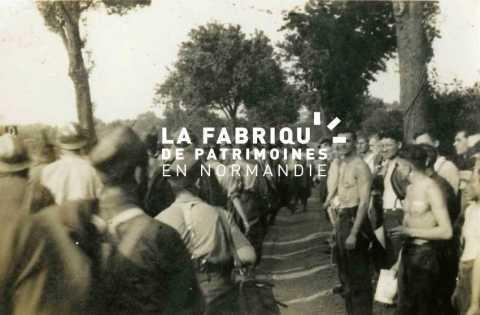 Prisonniers de guerre marchant sous le regard de soldats allemands