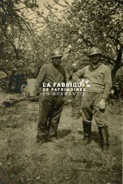 Deux soldats allemands posent avec des casques français à Cherbourg
