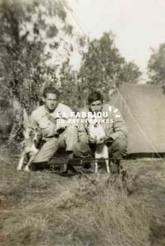 Le 25 octobre 1944, deux soldats américains posent dans leur campement militaire.
