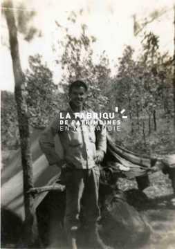 Portrait d'un GI  devant une tente militaire