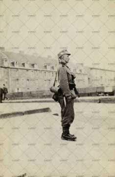 Soldat allemand montant la garde devant la caserne Hamelin