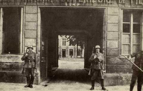 Deux soldats allemands montent la garde