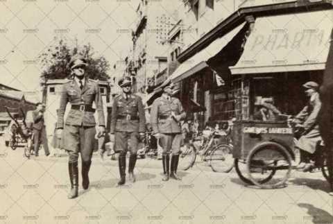 Officiers allemands près de la pharmacie du progrès