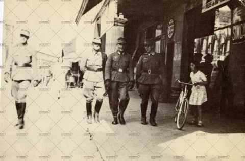 Soldats allemands dans les rues de Caen