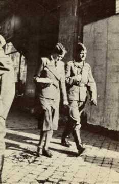 Deux soldats allemands dans les rues pavés caennaises