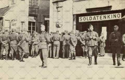 Soldats allemands devant le cinéma Majestic à Caen