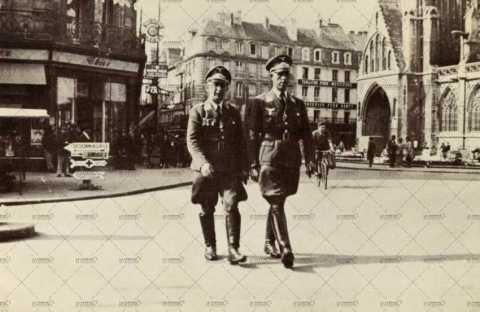 Deux officiers allemands proche de l'église Saint-Pierre à Caen