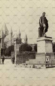 Deux sentinelles allemandes montent la garde devant l'abbaye aux Hommes