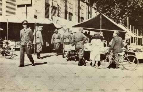 Soldats et officier allemands au marché de Caen