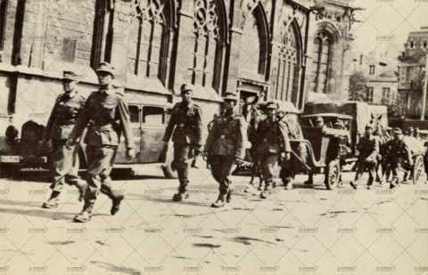 Troupe allemande près de l'église Saint-Pierre