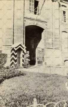 Sentinelle allemande monte la garde devant l'entrée place du 36e régiment d'infanterie