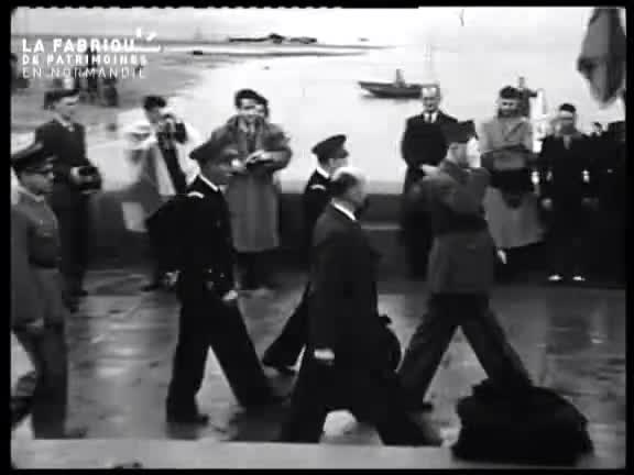 Inauguration du monument Surcouf par le général de Gaulle à Cherbourg